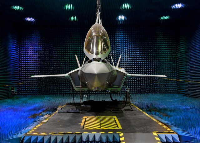 Lockheed_Martin_s_F_35A_started_undergoing_Electromagnetic_Effects_testing_640_001.jpg