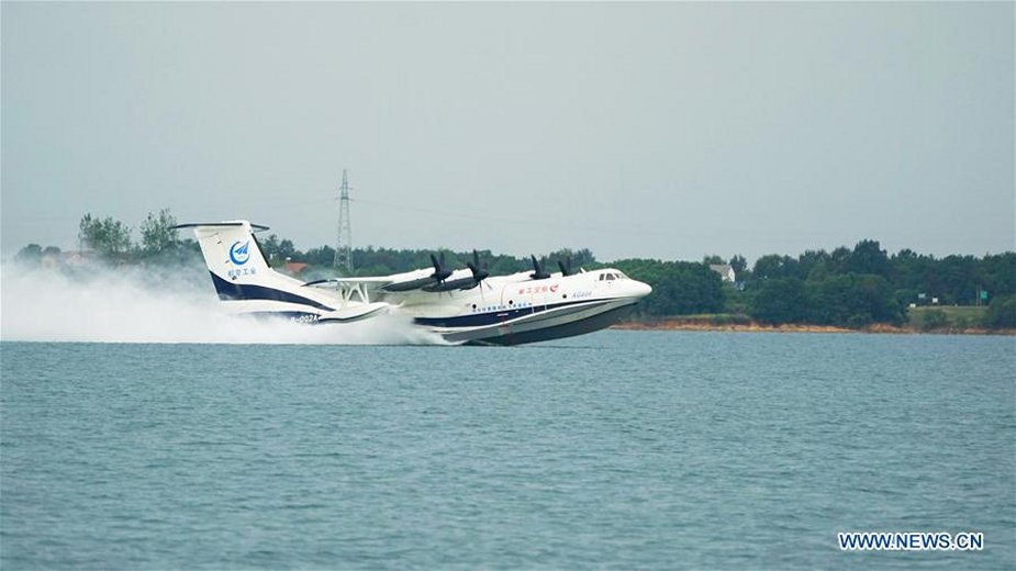 CAIGA AG600 amphibious aircraft completes high speed taxiing test on water 001