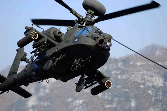 U.S. Defense Secretary Chuck Hagel spoke by phone with Egyptian counterpart Sedki Sobhi Saturday, confirming that the United States will deliver 10 Apache helicopters to Egypt to support its counterterrorism efforts.