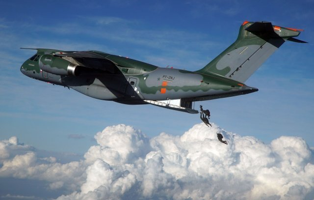 Embraer KC 390 airlifter follows toward certification in 2017 640 001